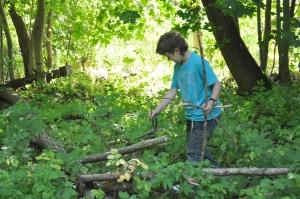 Elliot försöker hitta den längsta pinnen